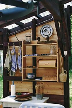 Pienet tavarat pysyvät ojennuksessa itse tehdyissä seinähyllyissä oviaukon vieressä ja työpöydän päällä.