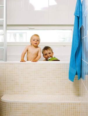 Eemil ja Kasper viihtyvät yläkerran kylpyhuoneen kylpyammeessa.