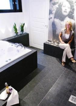 Mosaiikkikuva Rita Hayworthista antaa modernille kylpyhuoneelle vanhan ajan glamouria ja tekee tilasta uniikin
