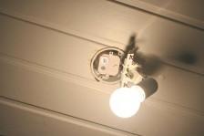 Johdottomasti ohjattava vastaanotin sopii helposti esimerkiksi kattoon sijoitettuun valaisinkojerasiaan
