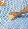 Pese lopuksi saumat oikeaan muotoonsa kostealla sienellä ja puhdista mosaiikin pinta huolellisesti märällä rievulla