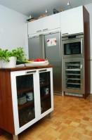 Pähkinäpuiset yksityiskohdat pehmentävät keittiön ilmettä