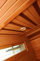 Saunan katon paneloinnissa käytettiin tervaleppäpaneelia ja sormipaneelia.