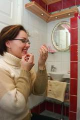 Nea-äidin oma meikkinurkka pesuhuoneen oven pielessä