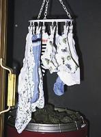 Pyykkiä ei saa laittaa kiukaan yläpuolelle kuivumaan.