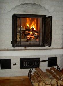 Kuivien puiden poltto pitää huolta tulisijasta ja alentaa lämmityskuluja.