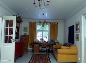 Talon 1960-luvulla laajennetussa päädyssä on isännän työhuone ja emännän rakastama oleskelutila, mistä päästään lasiverannalle.