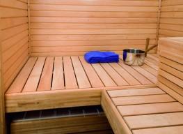 Ammeen päällä oleva laudetaso muodostaa mainion alustan erityiselle saunatuolille