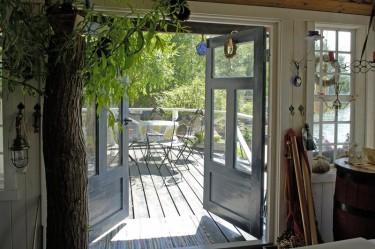 Kesällä on ihana aloittaa päivä nauttimalla kahvit ulkona. Takorautaiset pöytä ja tuolit ovat löytö menneiltä vuosilta.