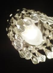 Kattoon ripustettiin pienet kristallikruunut antamaan vastapainoa kellarin karuudelle.