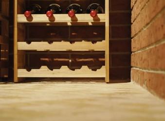 Viinikellarin lattia päällystettiin kivilaatoilla