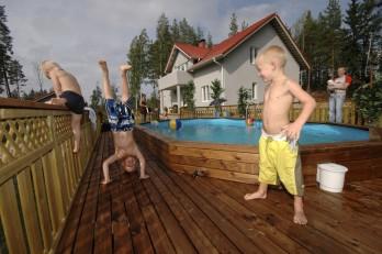 Uima-altaan ympärille rakennetulla patiolla on tilaa leikkiä