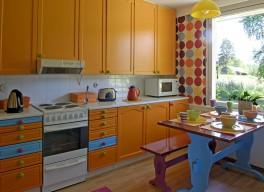 Keittiön kaapit ovat oranssit