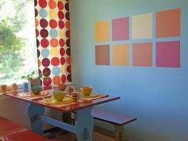 Keittiötä elävoitettiin karamellisävyisillä neliöillä seinillä