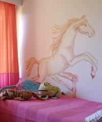 Emmin huoneen seinää koristaa hevonen