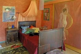 Makuuhuoneen seinät saivat paprikajauheen värin