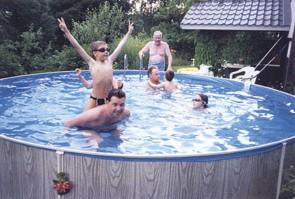 Uima-altaan äärellä koko perhe nauttii