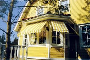 Ikkunamarkiisien värit on valittu rakennuksen mukaan