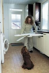 Kodinhoitohuoneen kaapistoon uppoava silituslauta on kätevä ja käytännöllinen