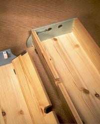 Myös sokkelilaatikot toimivat kuljetuspakkauksina. Magneettisalvalla varustetut etuseinät lukitaan lankahakojen avulla.