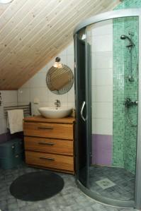 Yläkerran wc:ssä on myös suihkukaappi