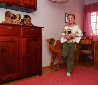 Nilla sai yläkerrasta ikioman huoneen, jonka väritys on tyttömäisen romanttinen