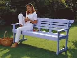 Kun pöytä on alkaalla, kokonaisuus näyttää aivan tavalliselta kolmen istuttavalta puutarhapenkiltä.