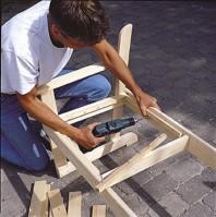 Kiinteät istuimet kootaan kiinnityslistoilla ja kiinnitetään listojen avulla