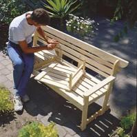 Sovita irtainta keski-istuinta eli pöytälevyä paikalleen ja merkkaa lautoihin kiinnitettävien listojen kiinnityskohdat