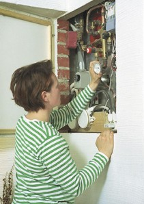 Myllymäen talossa ei tarvita erillistä pannuhuonetta, kun kaikki tarvittava tekniikka on olohuoneen takan kyljessä olevassa luukussa.
