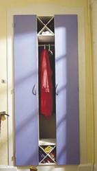 Kapeat ovet peittävät vaatteet, mutta raosta näkyy, että kyseessä on vaatekomero