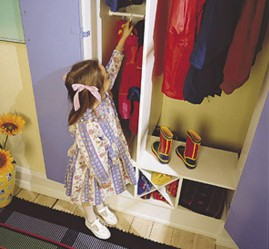 Lapsi ylettyy itsekin ripustamaan vaatteensa orrelle