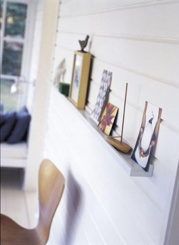 Laudasta, jonka kumpaankin syrjään on liimattu reunalista, tulee näppärä hylly koriste-esineille