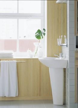 Listoilla päällystetty seinä antaa lämpöä pesuhuoneen tunnelmaan.