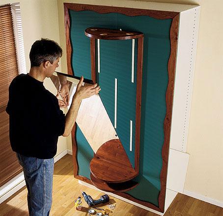 Kun olet liimannut paikoilleen kaikki koristelistat ja kiinnittänyt hyllyt ja lipan 5 x 60 mm:n ruuveilla komeroiden sisäpuolelta, kiinnitä peili tarkoitukseen suunnitelluilla tarratyynyillä.