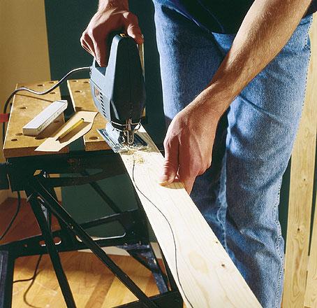 Sahaa kehyslistojen C ja D päät jiiriin ja sahaa pistosahalla koristemuoto. Tee sahaamista varten sabloni jutun piirroksen mukaan. Jos haluat päästä helpommalla, voit ostaa puutavaraliikkeestä valmista koristelistaa.