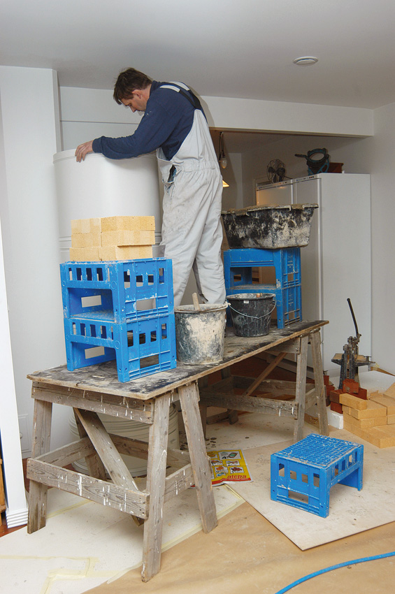 Muurari tarvitsee tilaa työskennellä myös katon rajassa. Siksi pönttöuuni ei voi yltää kattoon saakka.
