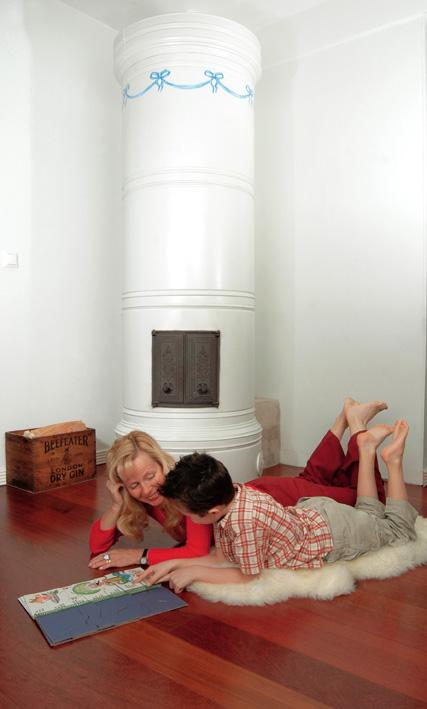 Persoonallisesti koristeltu pönttöuuni lämpiää joka päivä. Se on lisälämmön lähde ja tunnelmaluoja sekä tärkeä sisustuselementti antiikkia ja vanhoja esineitä rakastavan perheen kodissa.