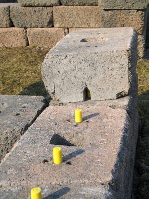 Reikiin työnnettävät lujitemuovipuikot sitovat muurikivet toisiinsa. Pystysuorissa muureissa käytetään keskimmäisiä reikiä, kaltevissa ratkaisuissa laitimmaisia.