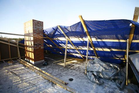Ennen purku-urakkaa piippu muurattiin korkeammaksi uutta kattoa varten.
