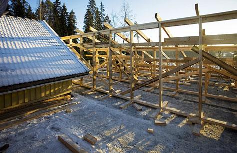 Pukkilinjan päälle naulattiin kakkosvitosesta uudet kattovasat. Samanaikaisesti rakennettiin päätyrungot.