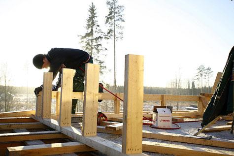 Uuden katon runkorakenne tehtiin rakentamalla vanhojen kattovasojen varaan kakkosnelosesta seitsemän pukkilinjaa.