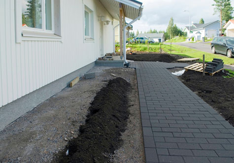 Kadunpuolen kiveykset on tehty mustalla Torikivellä. Käytävän reuna on huoliteltu pitkittäissuuntaisesti ladotuilla kivillä.