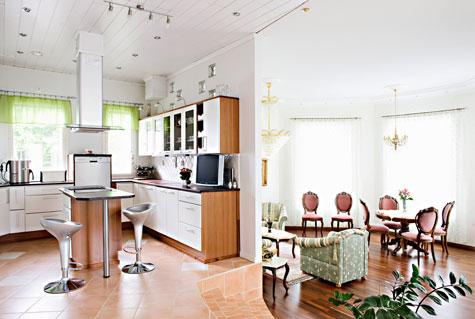 Olohuone sijaitsee muutaman askelman keittiötä alempana.