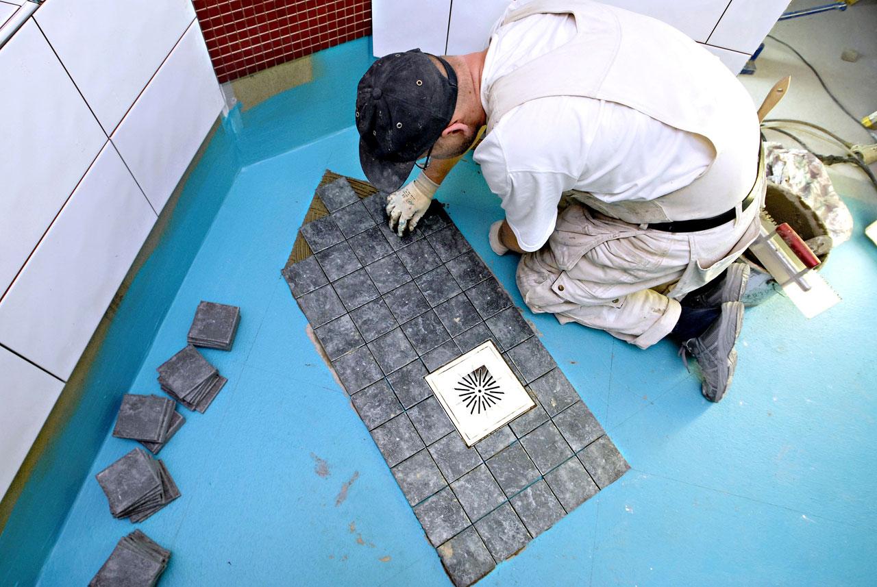 Pesuhuoneen lattialaataksi valittiin harmaa laatta, joka ei ole arka lialle.