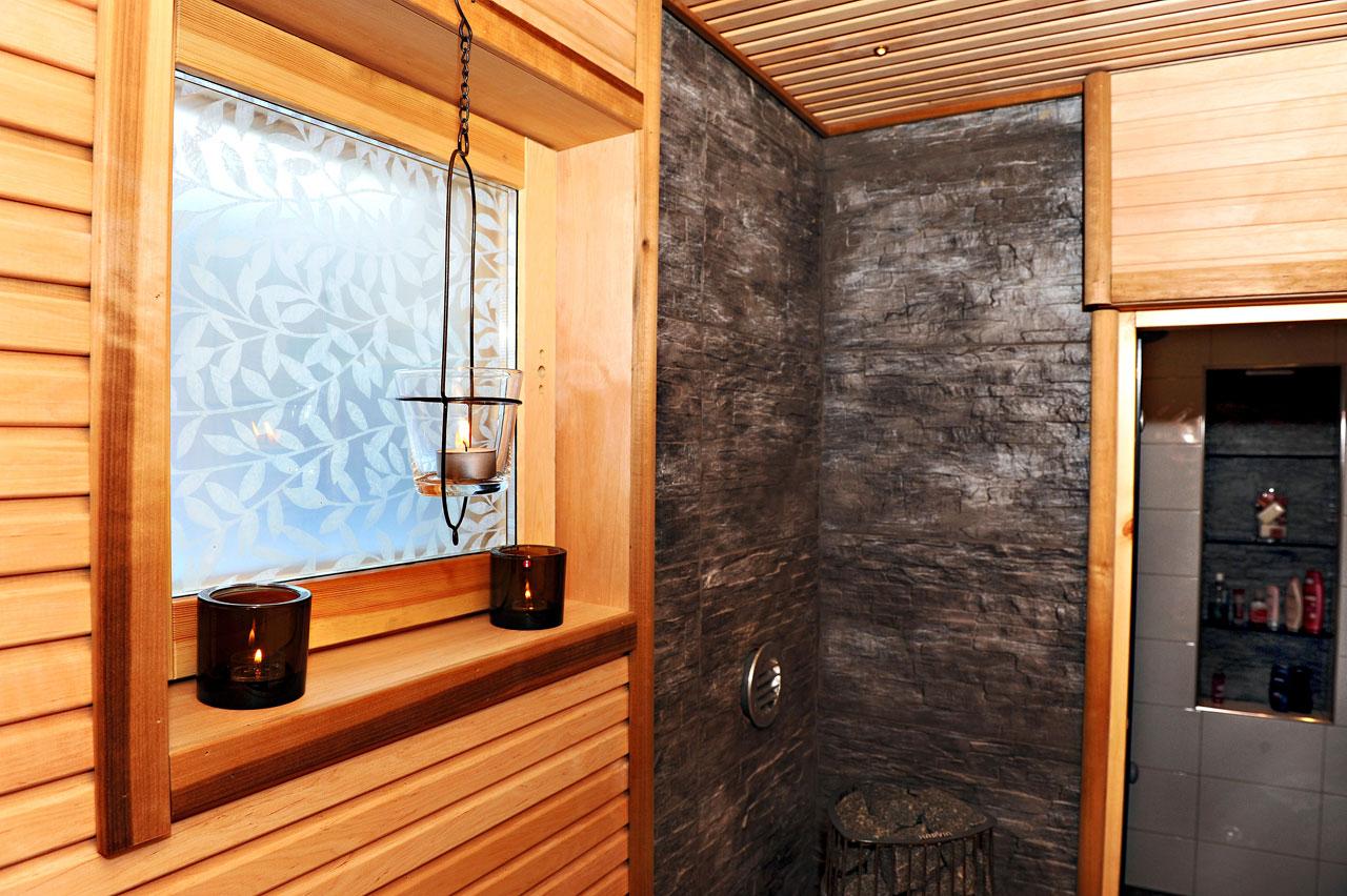Kontaktimuovi saunan ikkunassa on kekseliäs ja tyylikäs valoa läpäisevä näkösuoja.