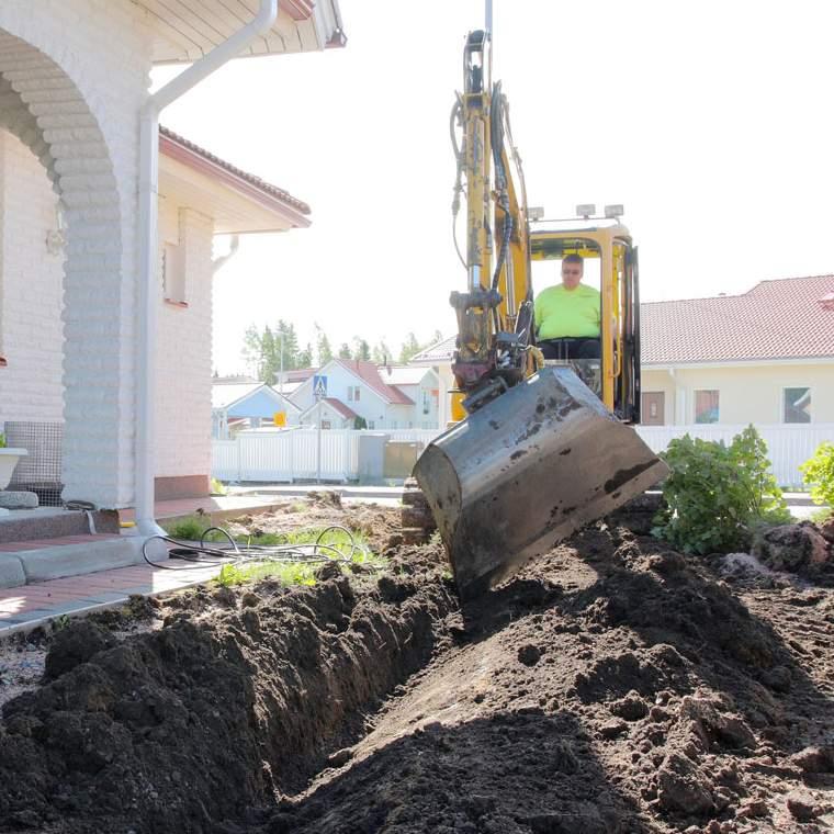 Pihaan kaivetaan putkia varten noin 30 senttiä syvät ojat. Helpoiten se käy, kun nurmikko on vielä istuttamatta.