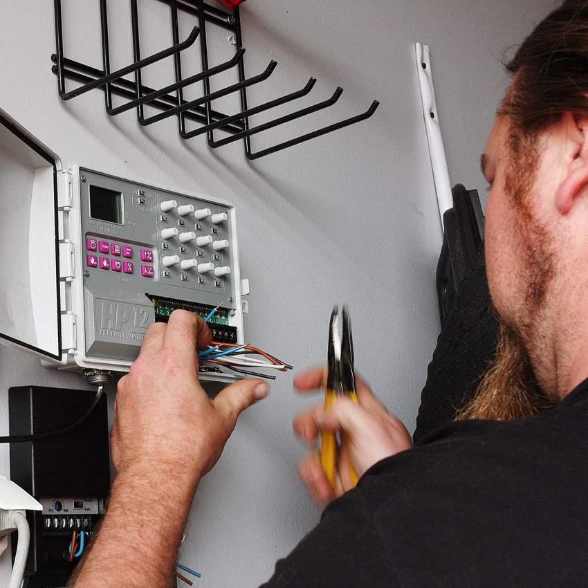Ohjauskeskuksen monipuolisesti säädettävät kellokytkimet avaavat ja sulkevat magneettiventtiilit haluttuun aikaan.