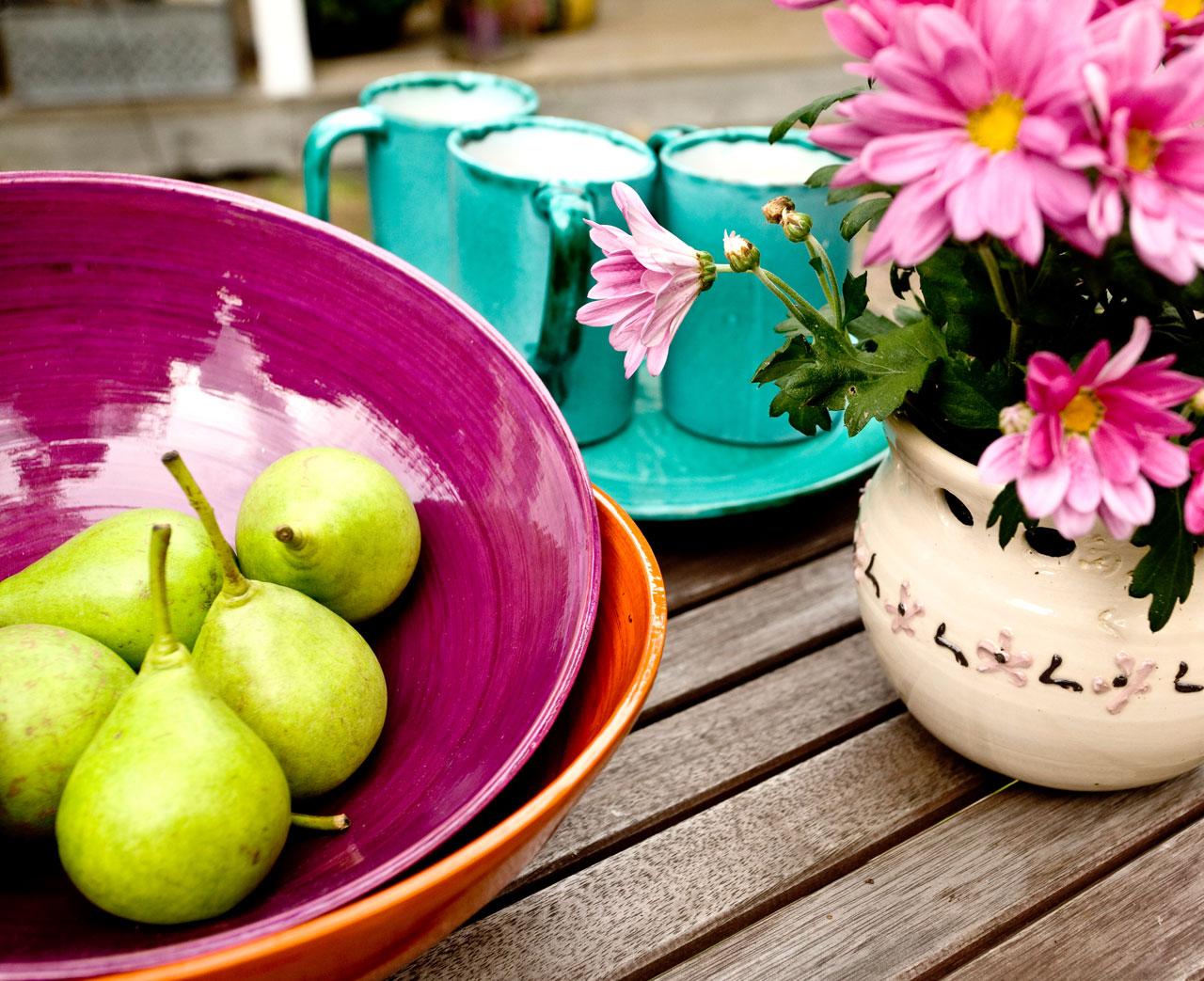 Värejä! Lilassa bambukulhossa on päärynöitä. Posliiniastiat on ostettu markkinoilta Espanjasta.