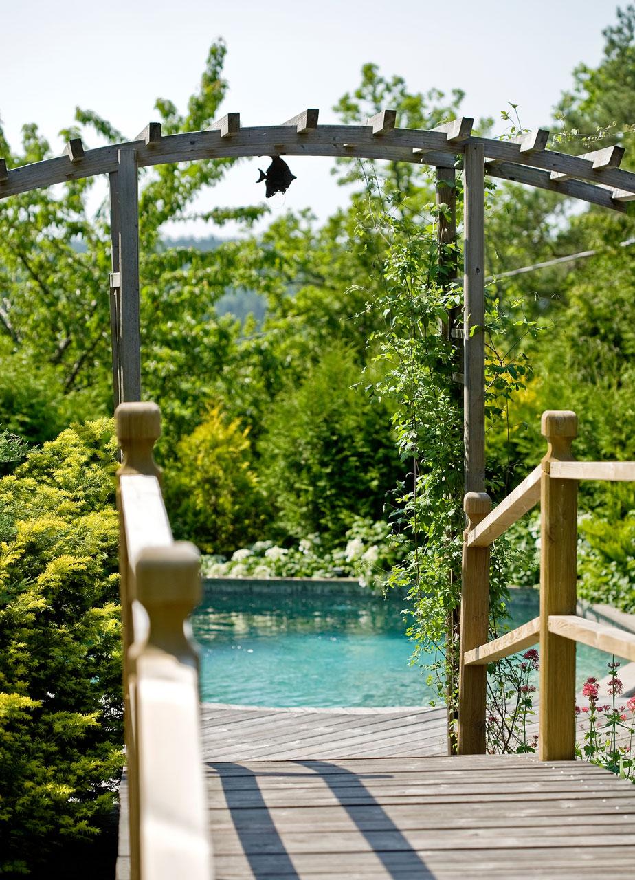 Paikallisen puuseppäkoulun huonekaluseppäoppilaat rakensivat altaan luona olevan sillan.
